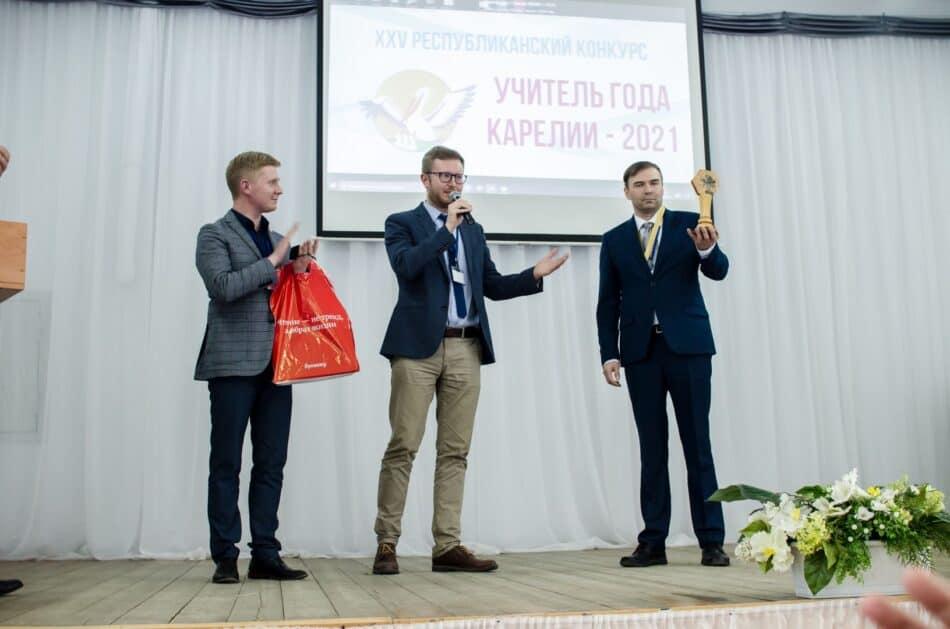 Александра Якушева (справа) поздравили победители прошлых лет - Евгений Кустов (слева) и Григорий Сузи. Фото Фото Елены Шкленник