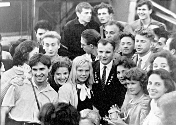 Юрий Гагарин с артистами балета Музыкально-драматического театра КАССР на Всемирном фестивале в Хельсинки. 1962