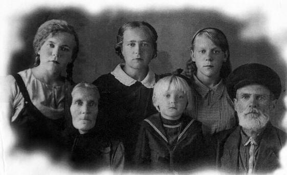 Глафире на этом снимке 5 лет. Справа и слева от нее - бабушка Евдокия Лукинична и дедушка Николай Антонович Ануковы. Во втором ряду мама Анна Николаевна, ее сестры Мария (23 года ) и Клавдия (15 лет )