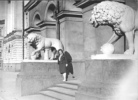 Нина Сухопрудская на ступенях у входа в родную школу. Ленинград
