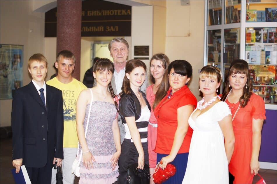 Александр Алексеевич Кожанов со студентами-выпускниками своей кафедры. Июнь 2012 года