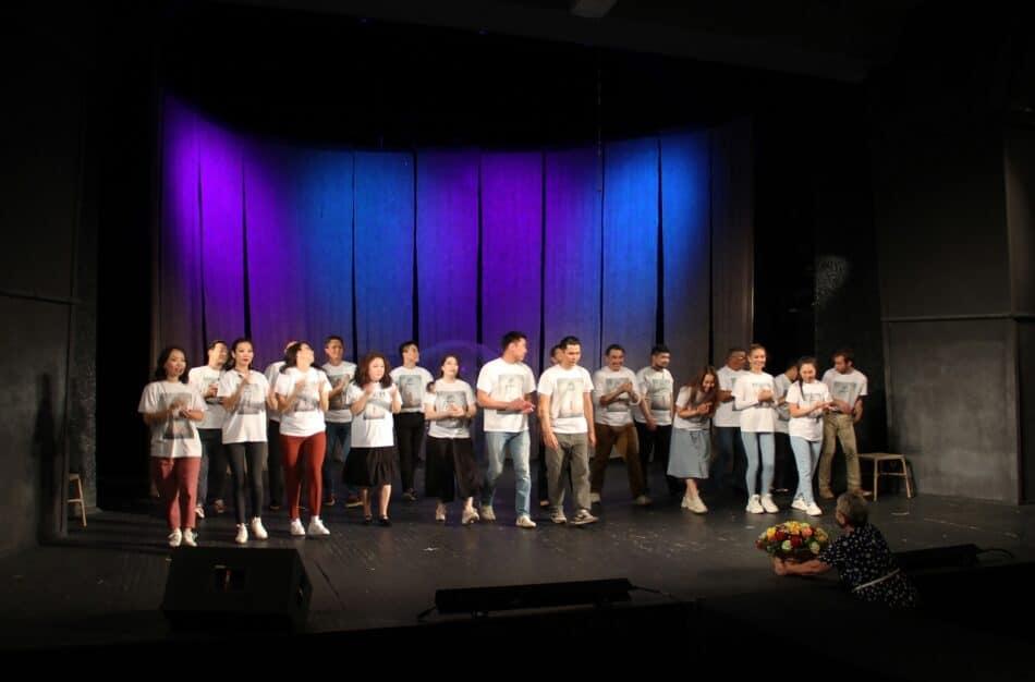 После спектакля «Я – Будда». Фото Национального театра РК
