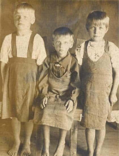 Великая Губа, 1945 год. Рая Пертякова с сестрами. Сидит, потому что стоять нет сил, - у нее дистрофия. Фото из личного архива Раисы Захаровой
