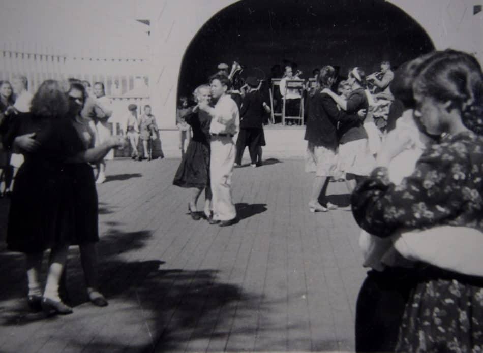 На танцплощадке железнодорожного парка. Петрозаводск, 1958 год. Фото из семейного архива Ирины и Владимира Ларионовых