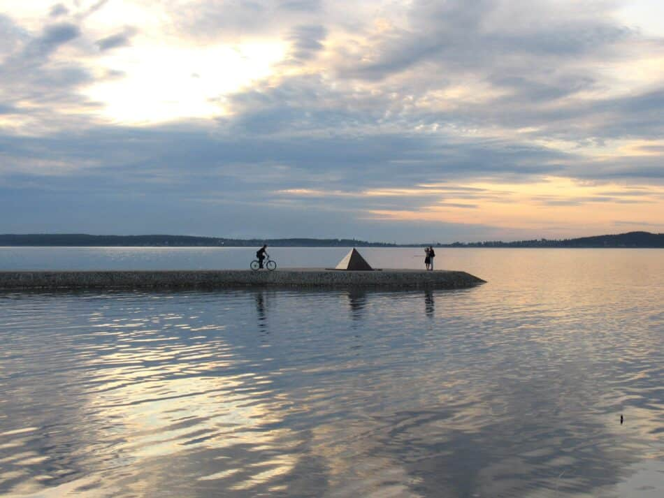 На набережной Онежского озера в Петрозаводске. Фото Ирины Ларионовой