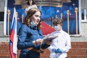 Выпускной вечер в Питкяранте в 2020-м проходил с ограничениями. То же ждет выпускников   в этом году. Фото Анны Матасовой