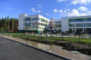 Школа №55 на Оборонной улице в микрорайоне  Древлянка