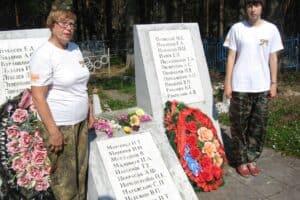 На мемориале в селе Ругозеро Татьяна Нетбайло у плиты с фамилией деда - В.П. Невежина