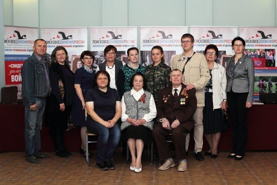 Во втором ряду 4-я слева Татьяна Нетбайло. Сидят режиссер фильма Вера Уразова и родители Татьяны Нетбайло
