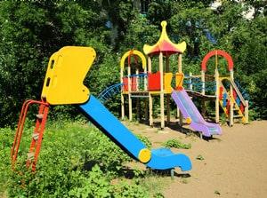 Качели, песочницы и горки-домики — главные опасности на детских площадках