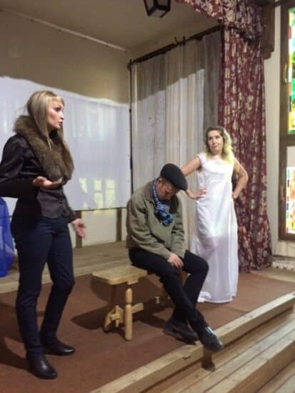 Сцена из спектакля «Жертвоприношение» в Надвоицкой городской библиотеке.