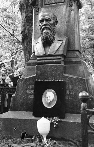 Церемония перезахоронения праха А.Г. Достоевской на Тихвинском кладбище Александро-Невской лавры