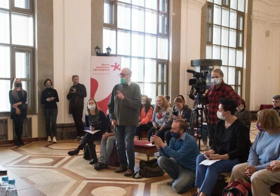 """На пресс-конференции фестиваля """"Золотая маска"""" в Петрозаводске. Вопрос задает Борис Гущин. Фото Виталия Голубева"""