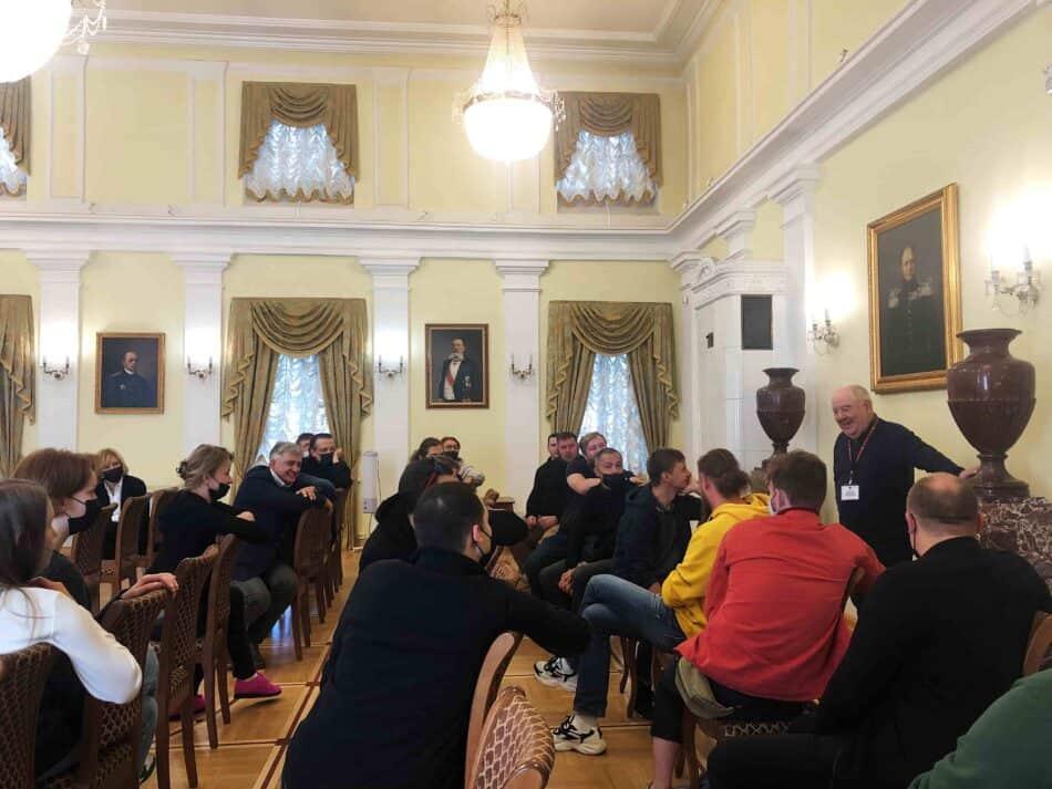 Михаил Гольденберг рассказывает гостям о музее