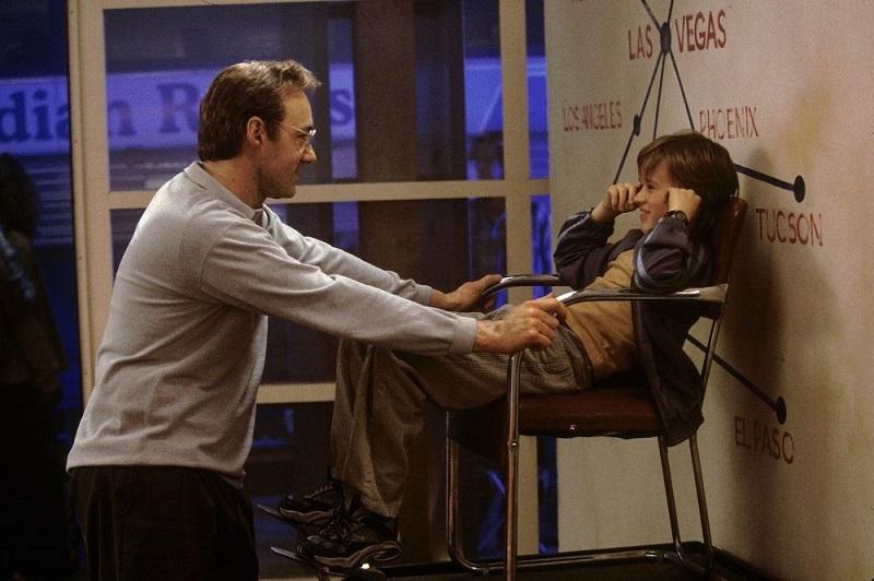 Кевин Спейси в роли учителя обществознания, Хэйли Джоэл Осмент исполняет послушного ученика.