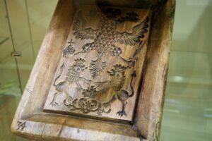 Шёлковый бумажник, пряничная доска, крестьянская борона