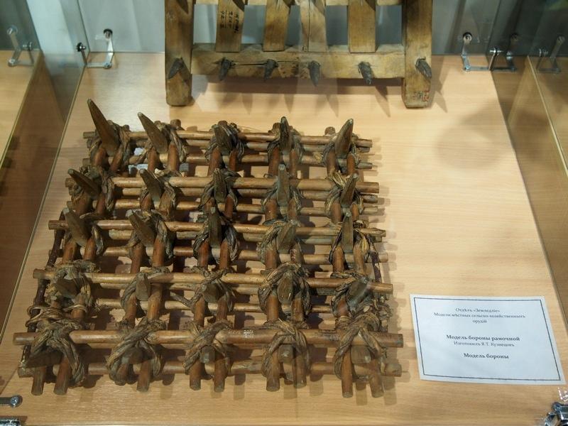 Модель сельскохозяйственного орудия - бороны рамочной, которая использовалась для очистки вспаханной почвы от сорняков, корней. XIX век