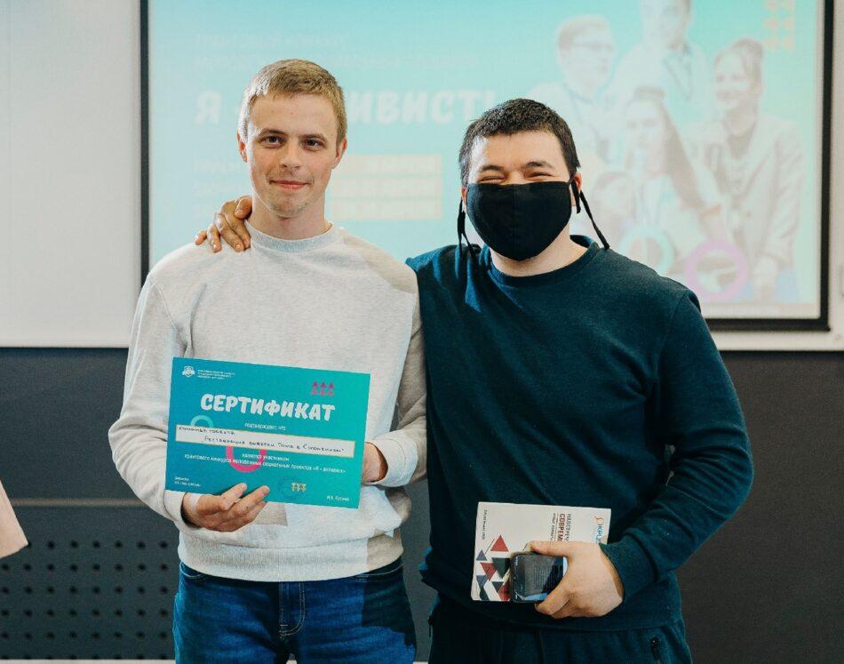 Рустам Кадиров (слева) с товарищем на защите проекта по восстановлению вывески в Соломенном