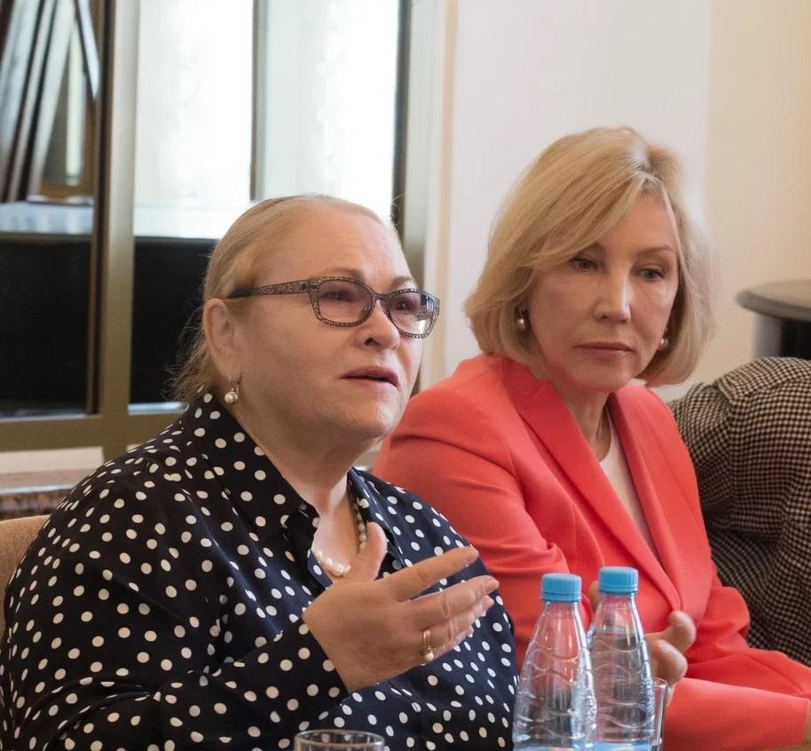 Татьяна Архипова,директор БДТ (справа), и народная артискта России Нина Усатова. Фото Виталия Голубева