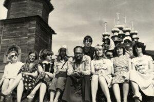 Борис Гущин с экскурсантами на острове Кижи. 1970-е годы