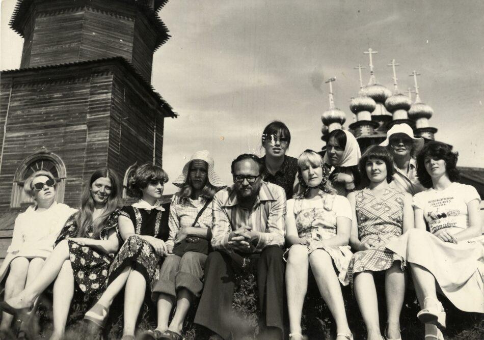 Борис Гущин с экскурсоводами на острове Кижи. 1979 год