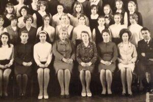 Лидия Ивановна Иванова вторая слева в первом ряду. Фото из личного архива Натальи Мешковой