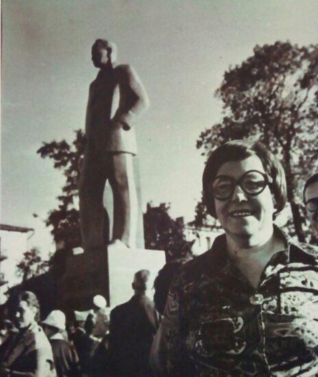 Хертта Куусинен у памятника отцу в Петрозаводске. 1973 год