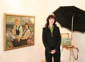 Екатерина Рычкова проводит экскурсию во время вернисажа