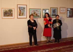 На открытии выставки. Справа - Нелли Григорьева