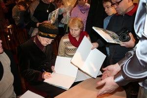 Тамара Юфа раздает автографы