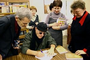 После встречи писатель еще долго подписывал книги
