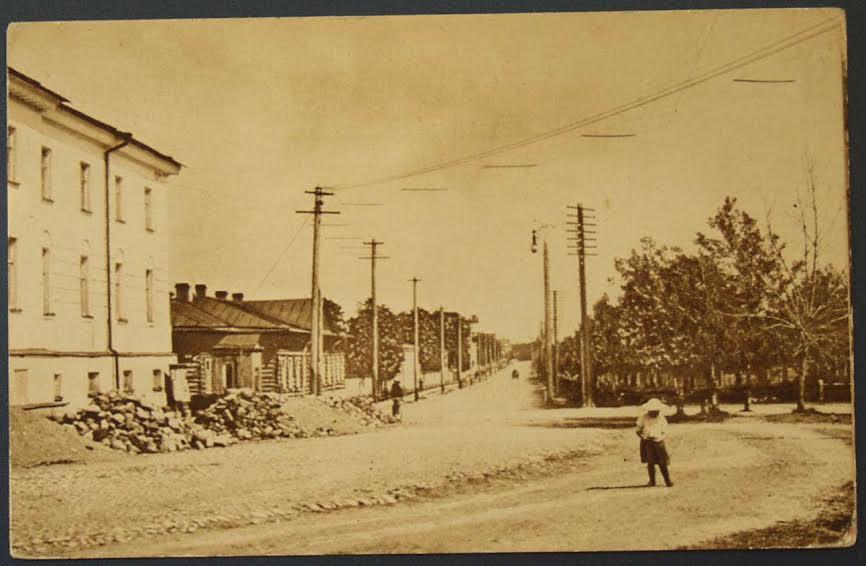 Улица Мариинская на старой открытке. Слева – присутственные места, следом – бывший дом Державина