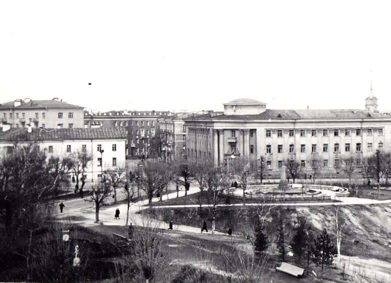 Бывший Палатский переулок в конце 1950-х. Слева – бывшие присутственные места, справа – дом с колоннами, на котором висит мемориальная доска о Державине