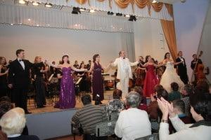 Артисты театра исполняют ''Застольную'' из опреы Верди ''Травиата''