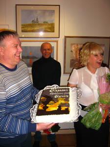 Торт-обложка. На заднем плане Олег Семененко
