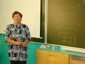 Урок математики ведет преподаватель Татьяна Алексеевна Абрамова. В школе она работает уже 39 лет!