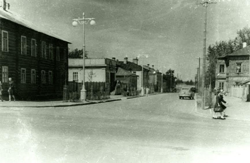 Ул. Комсомольская в начале 1950-х. Вид от пр. Ленина в сторону Неглинки. Фото из фондов Национального архива РК