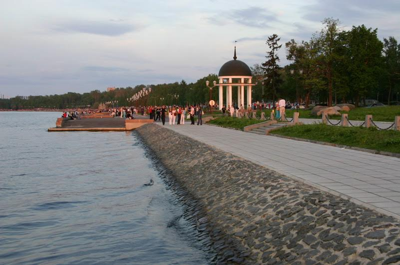 Ротонда на набережной Онежского озера в Петрозаводске. Фото В. Ларионова