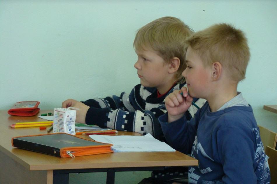 Дети пьют молоко с удовольствием