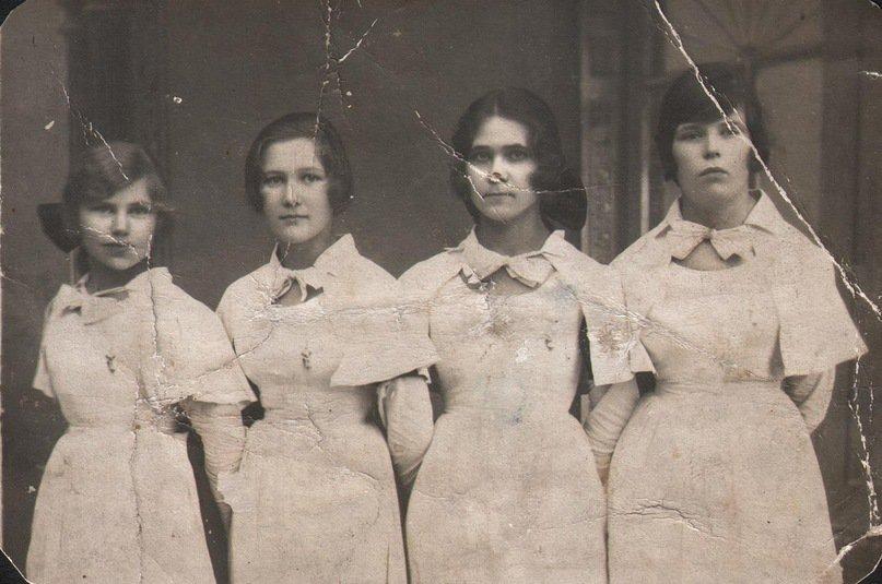 С подругами, вторая слева