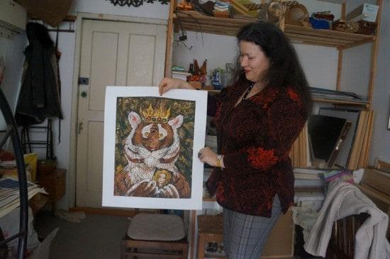 Нелли Григорьева в своей мастерской