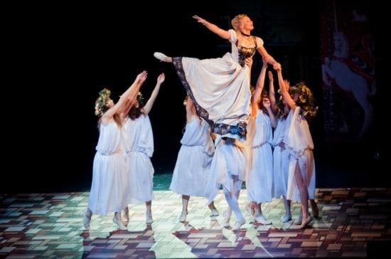 Сцена из спектакля «Двенадцатая ночь, или Что угодно». Фото Национального театра РК