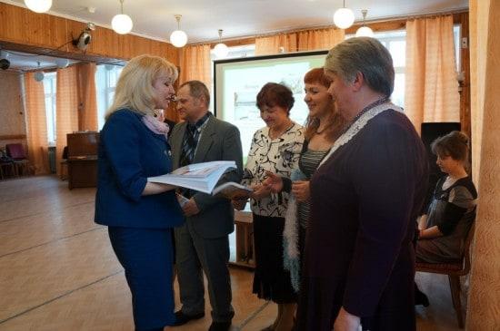 Л.В. Сидорова вручает календари на память