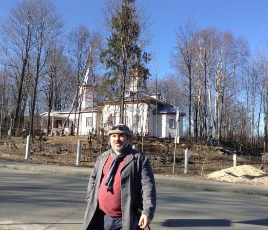 У Екатерининской церкви, недавно восстановленной после пожара