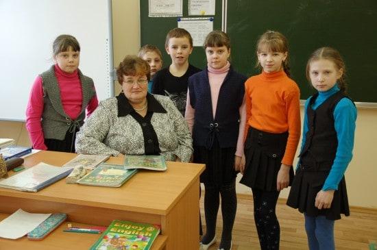 Учитель английского Нелли Петровна Бузенкова со своими учениками