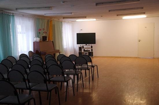 Актовый зал в жилом корпусе. Стулья легко переставить или убрать