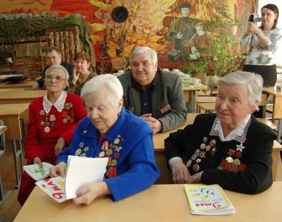 Раньше ветераны всегда приходили в музей. Клавдия Ефимовна на фото слева