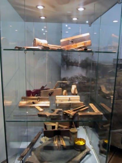 Именно такими инструментами возводили 300 лет назад плотники Преображенский храм