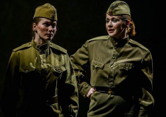 Баба Рая в молодости - Евгения Верещагина (слева), Зинка - Ольга Саханова