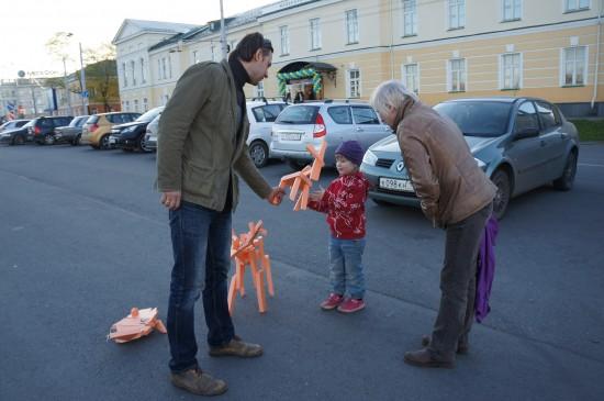 Малышке Василисе повезло: художник Егор Кукушкин подарил ей фигурку  песика
